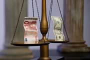 Летом доллар может наступить евро на пятки