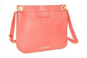 ...выпускает сумки под брендом Miu Miu.  Миу Миу предлагает в этом...