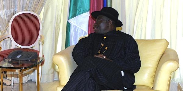 Жулики и воры по-нигерийски: президент уволил главу ЦБ за раскрытие дела о пропаже $50 млрд
